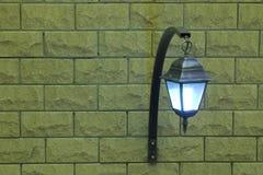 Die Lampe auf einer Backsteinmauer auf dem Recht Lizenzfreies Stockbild