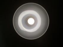 Die Lampe in der Lampe auf schwarzem Hintergrund Stockbild