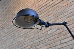 Die Lampe, die von der Wand verlängert stockbild