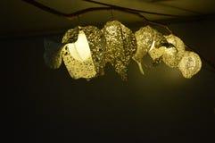 Die Lampen, die vom Papier hergestellt werden, haben hohle Muster stockbild