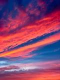 Die Landschaft mit Himmel und rotem Sonnenuntergang Lizenzfreie Stockbilder