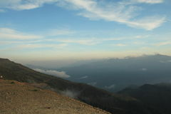Die Landschaft von Bergen bei Sonnenuntergang im Sommer Lizenzfreie Stockfotografie