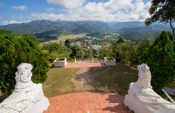 Die Landschaft von Mae Hong Son-Stadt, von Chong Kham Lake, von Flughafen und von bewaldeten Hügeln von Birma, wie von Wat Phra T stockfotografie