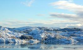 Die Landschaft wird mit Schnee umfaßt. Stockfoto