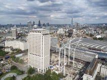 Die Landschaft zeigt ein modernes Gebäude auf Küste Themse-Fluss Stockbild
