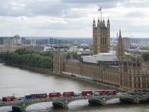 Die Landschaft zeigt ein modernes Gebäude auf Küste Themse-Fluss Lizenzfreie Stockfotografie
