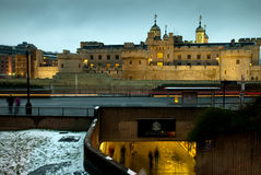 Die Landschaft zeigt ein modernes Gebäude auf Küste Themse-Fluss Lizenzfreie Stockfotos