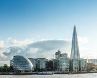 Die Landschaft zeigt ein modernes Gebäude auf Küste Themse-Fluss Stockbilder