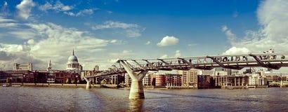 Die Landschaft zeigt ein modernes Gebäude auf Küste Themse-Fluss stockfotografie