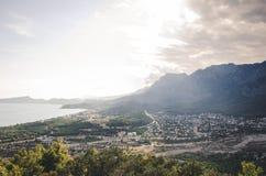 Die Landschaft, die zur Stadt von kimeros vom Berg sich öffnet lizenzfreie stockbilder