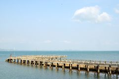 Die lange Brücke im Meer Lizenzfreie Stockbilder