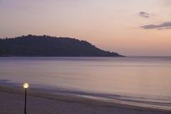 Die Laterne auf den Ufern des Abendmeeres Lizenzfreie Stockbilder