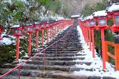 Die Laterne-gesäumten Schritte im Winter Stockbilder