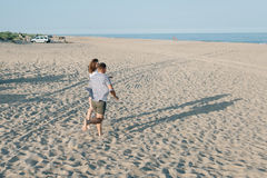 Die laufenden Paare auf der Seeküste Lizenzfreie Stockfotos