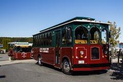 Die Laufkatzen-Bus des Öls im Stangen-Hafen, USA, 2015 Stockfoto