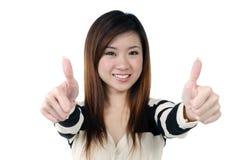 Die lächelnde junge Frau, die Daumen gibt, up Zeichen Lizenzfreie Stockfotos