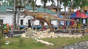 Die ` lebende ` Skulptur von Allosaurus in den Dinosauriern parken ` Yurkin-Park ` Kirow, Russland stock video footage