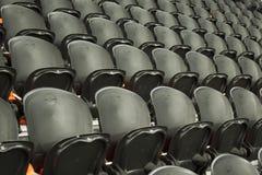 Die leeren schwarzen Sitze Stockbild
