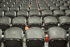 Die leeren schwarzen Sitze im Stadion stockfotografie