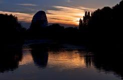 Die Leicester-Raum-Mitte, die im Fluss reflektiert wird, steigen bei Sonnenuntergang an Lizenzfreie Stockfotografie