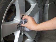 Die Leichtmetallräder des waschenden Autos stockbilder