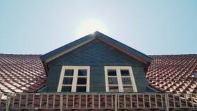 Die Leiste auf dem Dach ist üppig Typische Architektur für traditionelle Privathäuser in Deutschland stock footage