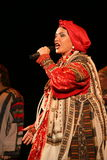 Die Leistung auf dem Stadium des nationalen Folk-Sängers russischen Lieder nadezhda babkina und des Theaterrusseliedes Lizenzfreie Stockfotos