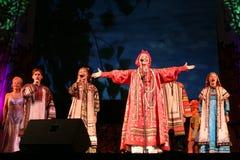 Die Leistung auf dem Stadium des nationalen Folk-Sängers russischen Lieder nadezhda babkina und des Theaterrusseliedes Stockfotos