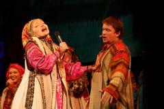 Die Leistung auf dem Stadium von Schauspielern, von Solisten, von Sängern und von Tänzern des Nationaltheaterrusseliedes Lizenzfreie Stockfotografie