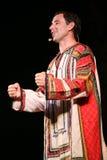 Die Leistung auf dem Stadium von Schauspielern, von Solisten, von Sängern und von Tänzern des Nationaltheaterrusseliedes Lizenzfreie Stockbilder