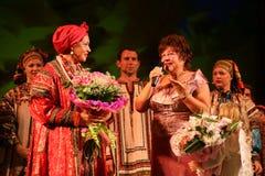 Die Leistung auf dem Stadium von Schauspielern, von Solisten, von Sängern und von Tänzern des Nationaltheaterrusseliedes Lizenzfreie Stockfotos