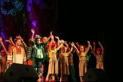 Die Leistung auf dem Stadium von Schauspielern, von Solisten, von Sängern und von Tänzern des Nationaltheaterrusseliedes Stockfotos