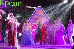 Die Leistung des neuen Jahres mit dem Vater Frost in Pyatigorsk (Rus Stockbilder