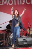 Die Leistung des populären Sängers Anna Malysheva und der Popband prägen Stockbild