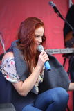 Die Leistung des populären Sängers Anna Malysheva und der Popband prägen Lizenzfreie Stockfotos