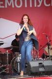 Die Leistung des populären Sängers Anna Malysheva und der Popband prägen Stockfoto