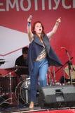 Die Leistung des populären Sängers Anna Malysheva und der Popband prägen Lizenzfreies Stockbild