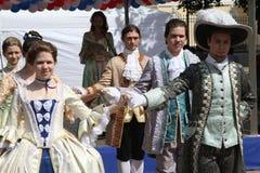 Die Leistung von Förderern und von Tänzern des Ensembles des historischen Kostüms und des Tanzes Vilanella stockfotos