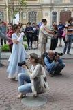 Die Leistung von Förderern und von Tänzern des Ensembles historischer Kostüm und Tanz Person Viva Stockbild