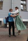Die Leistung von Förderern und von Tänzern des Ensembles historischer Kostüm und Tanz Person Viva Stockbilder