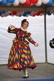 Die Leistung von Förderern und von Tänzern des Ensembles historischer Kostüm und Tanz Rameaus Neffeen stockfotos