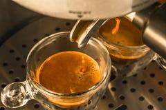 Die letzten Tropfen des starken Espressokaffees, der von einem espr gezeichnet wird Lizenzfreies Stockfoto