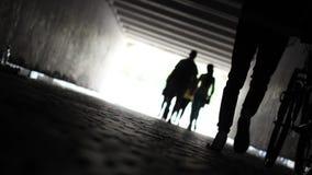 Die Leuchte am Ende des Tunnels Leute gehen zu beleuchten stock footage