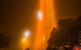 Die Leuchtorangelichter, die in La Virgen de El Panecillo im Stadtzentrum gelegen sind, fotografierten nachts Quito ist eine UNES lizenzfreie stockbilder