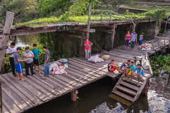 Die Leute auf Anlegestelle das Aquidaban begrüßend versenden bei Rio Paraguay stockfoto
