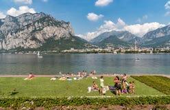 Die Leute, die auf der Seeseite von Malgrate stillstehen, fanden auf dem Ufer von Como See in der Provinz von Lecco stockfotografie