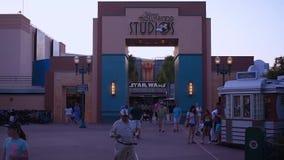 Die Leute, die auf Hollywood-Studios gehen, w?lben sich in Walt Disney World-Bereich stock footage