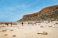 Die Leute, die bei Balos sich entspannen, setzen in Kreta, Griechenland auf den Strand Balos-Strand ist einer des schönen Strande lizenzfreies stockbild