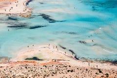Die Leute, die bei Balos sich entspannen, setzen in Kreta, Griechenland auf den Strand Balos-Strand ist einer des schönen Strande stockfoto