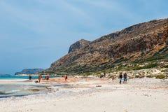 Die Leute, die bei Balos sich entspannen, setzen in Kreta, Griechenland auf den Strand Balos-Strand ist einer des schönen Strande stockfotografie